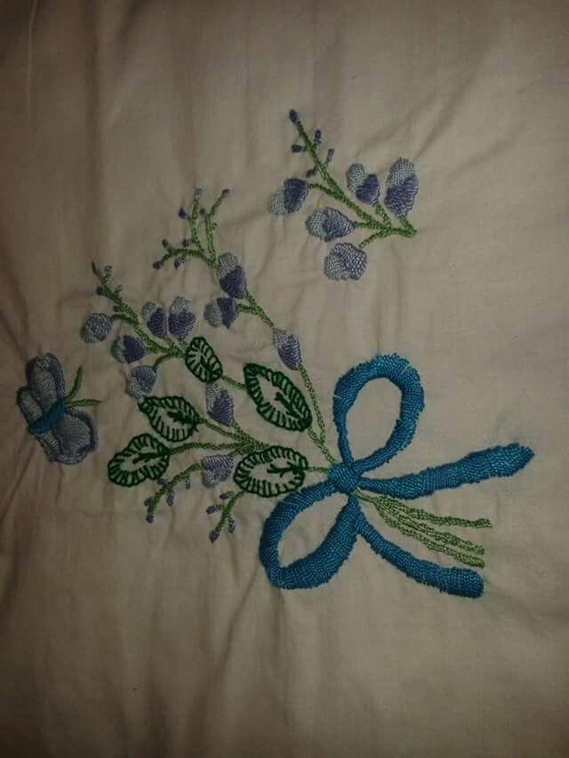 Bordado a mano flores y mariposas