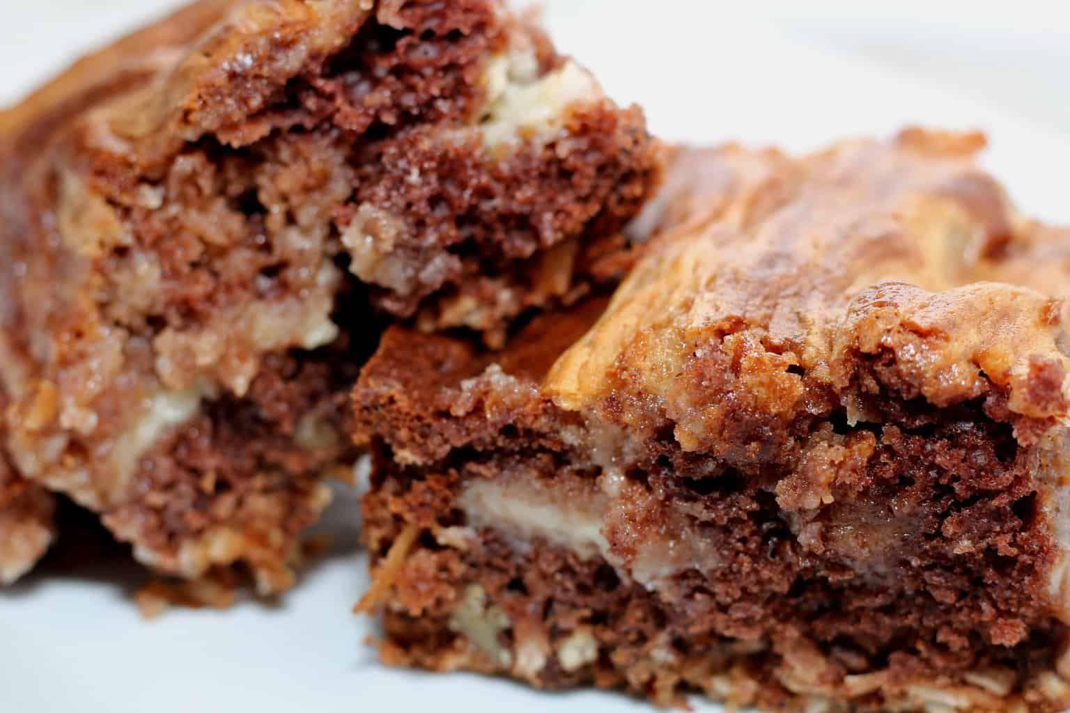 Easy German Chocolate Cheesecake Bars #germanchocolatecheesecake