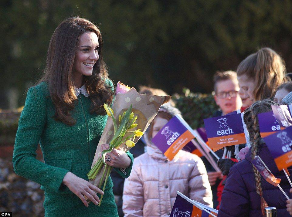 Foro Hispanico de Opiniones sobre la Realeza: La Duquesa de Cambridge visita el centro para niños de East Anglia en Quidenham