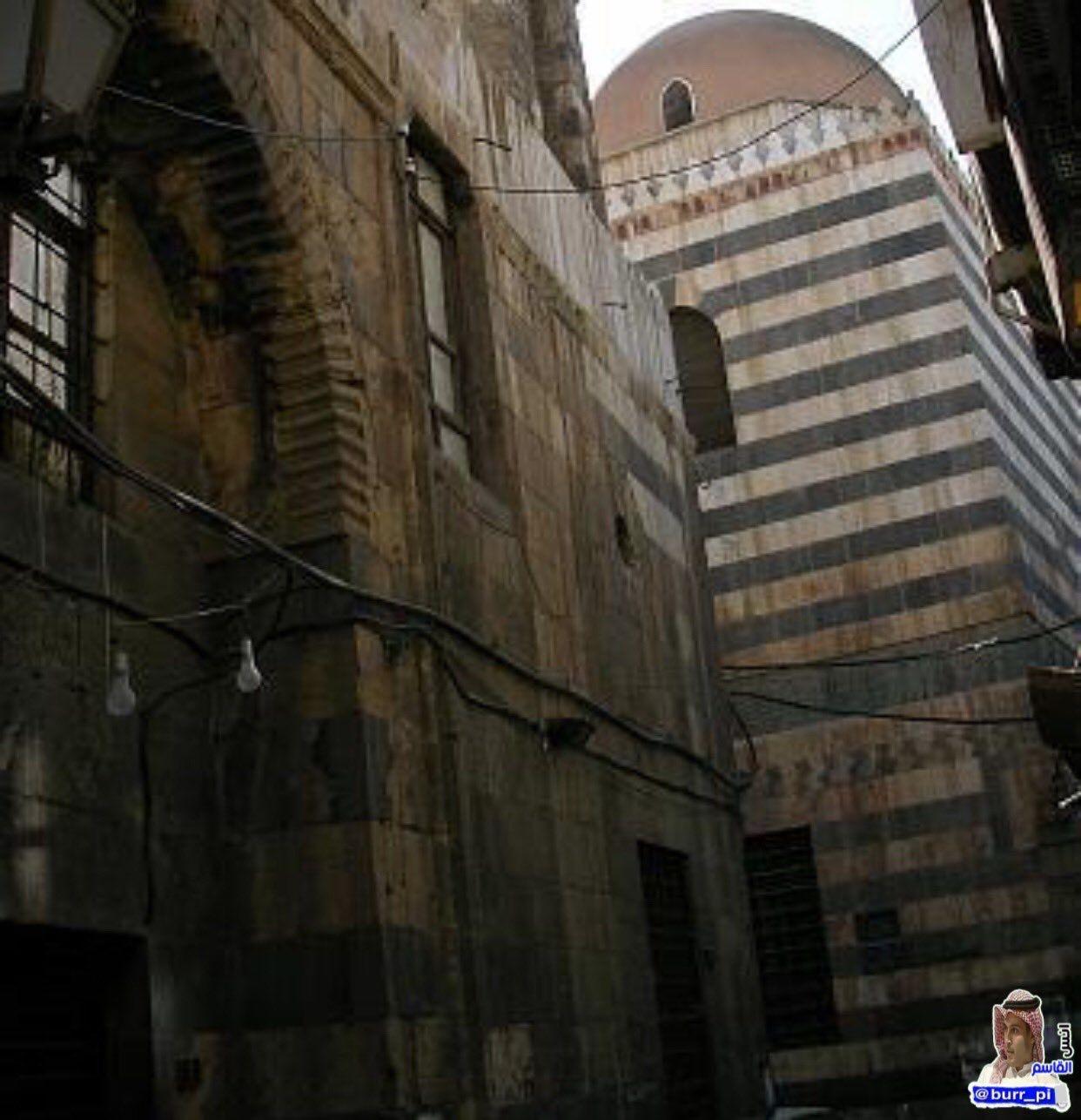 هذه الصورة هي لمنزل الخليفة العادل عمر بن عبد العزيز رحمه الله ملاصق للجامع في مدينة دمشق حيث إنه تربى وتعلم على أيدي كثير من الع Road Structures Alley