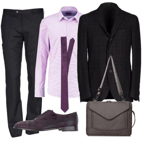 Pantaloni antracite su giacca dal taglio classico, dello stesso tono, arricchita da quadri. Camicia rosa accostata alla cravatta viola che illuminano il completo mettendo in risalto le righe della giacca. Scarpe italiane burgundy. Completa il tutto una tracolla porta tablet dal taglio geometrico.