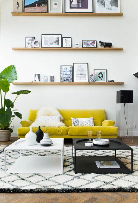 Gelbes Sofa Trifft Auf Klassische Couchtische