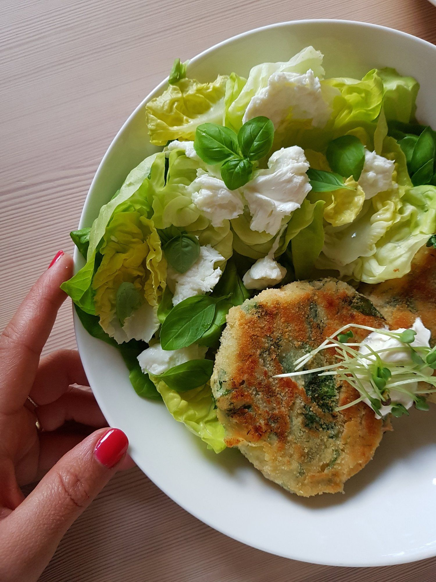 fischfrikadellen mit grünem salat gemüsegerichte