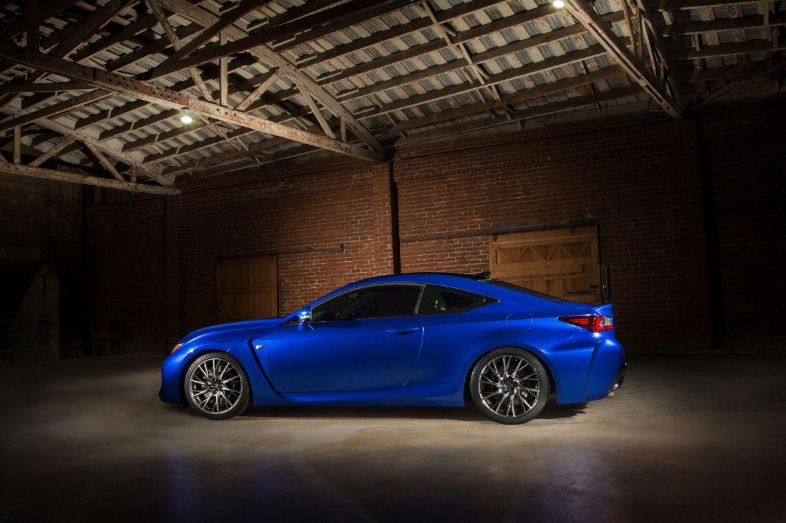전면 휀더 뒷부분의 공기 출구는 측면 문틀 연장선과 연결되어 L자 모양을 만든다. | Lexus Facebook ▶ www.facebook.com/lexusKR   #Lexus #RCF #COUPE #Car  #DetroitMotorshow