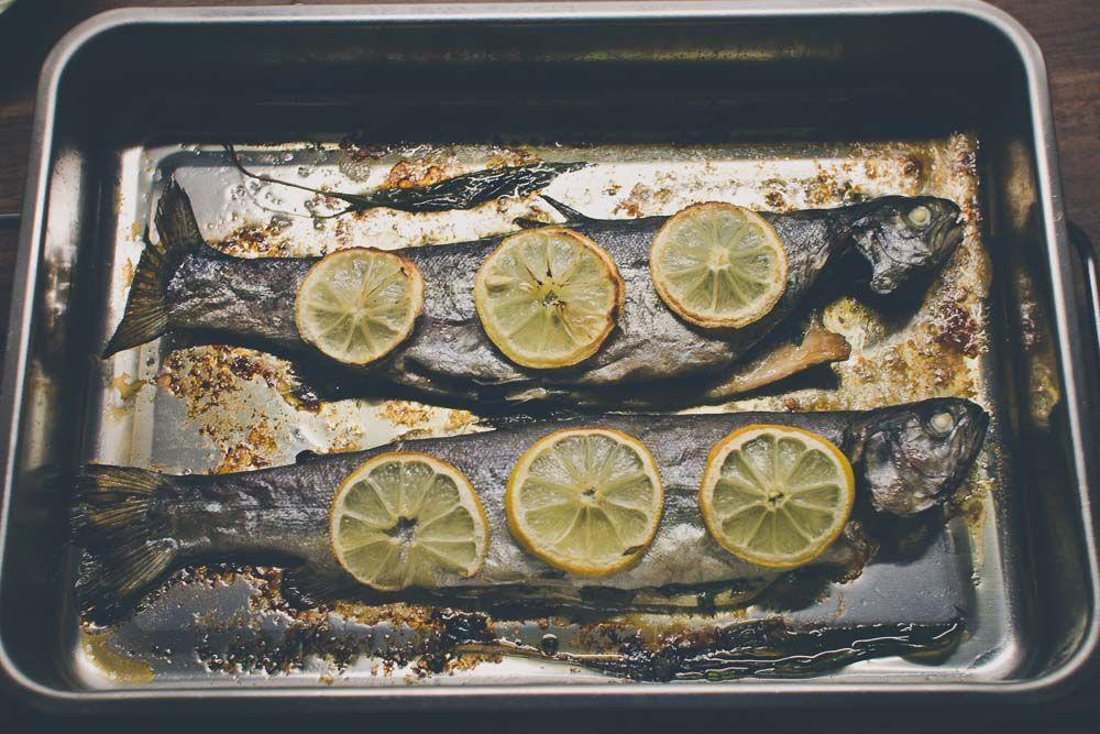 Pečený pstruh na masle s citrónmi / Baked trout with wild garlic #medvedicesnak #pstruh #lemon #rukola #wildgarlic #yummy #recipe #fish #trout