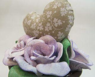 Ateliê Le Mimo: FLORES e ARRANJOS Vasinho decorado com rosas de EVA e coração de tecido.