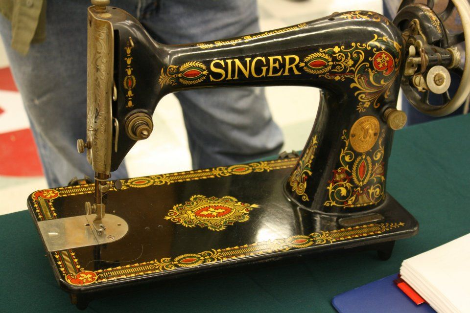 Singer Sewing Machine From The Late 1800 S 1900 S Sewing Machine Sewing Machine Accessories Antique Sewing Machines