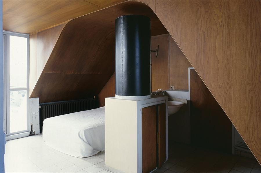 Как это бывает у конструктивистов, умывальник установлен прямо в спальне.  (фасад,архитектура,дизайн,экстерьер,интерьер,дизайн интерьера,квартиры,апартаменты,конструктивизм,Ле Корбюзье,Франция,Париж,мебель,спальня,дизайн спальни,интерьер спальни) .