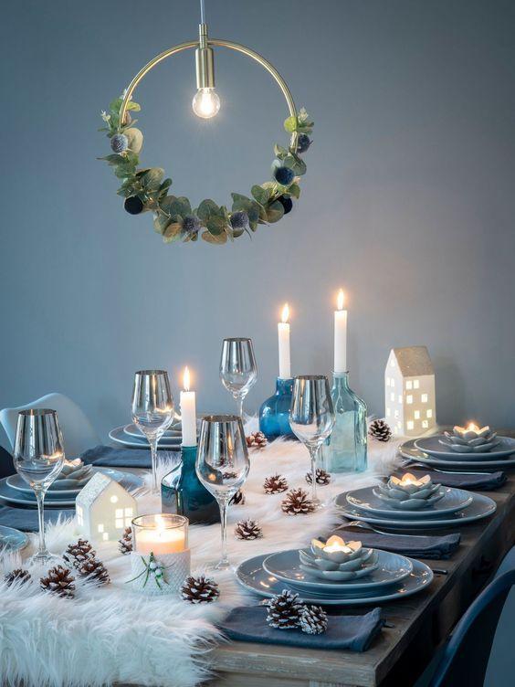 Table De Fete Noel Reveillon Bleu Blanc Fausse Fourrure Chemin De Table Porcelaine Bleue Claire Cour Christmas Table Decorations Christmas Table Settings Decor