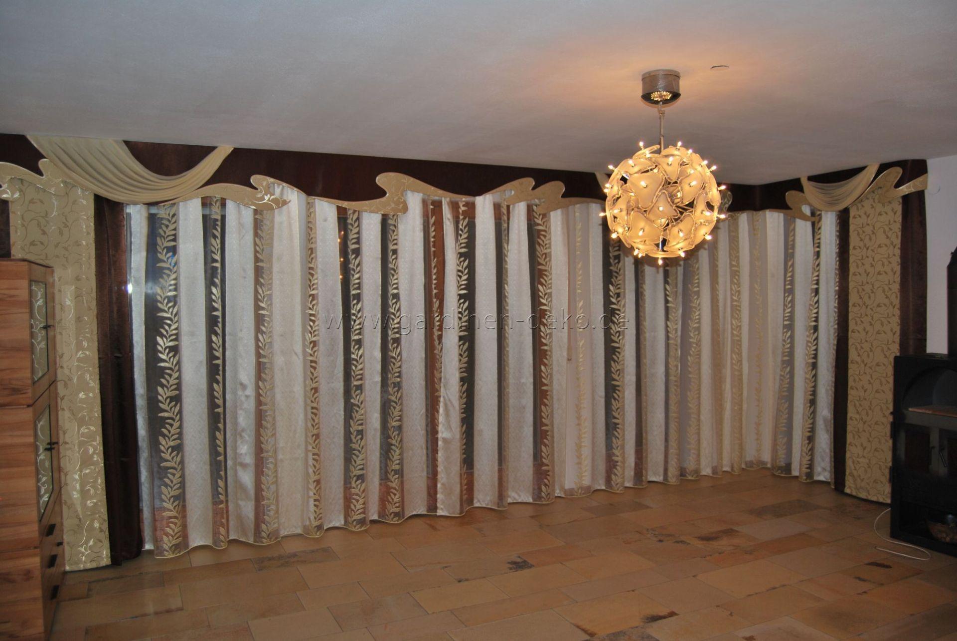 Großer Wohnzimmer Vorhang Im Klassischen Stil Mit Durchgehender ... Wohnzimmer Braun Beige Deko