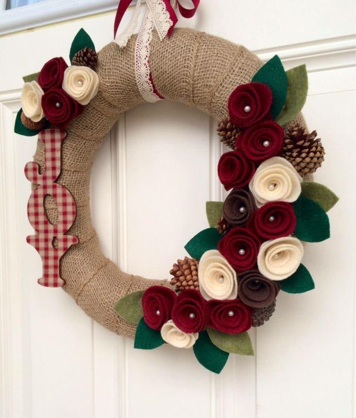 Decoracion navide a manualidades puerta blanca corona de for Navidad adornos manualidades navidenas
