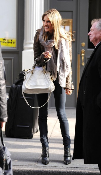 cute skinny leggings/black jeans with a white-ish structured bag and a scarf. a simple and cute combo for a warm winter day.