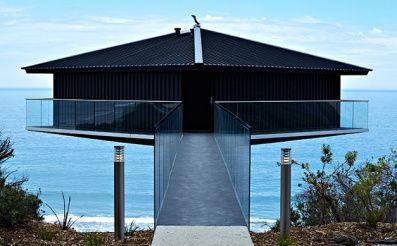 Na+našej+stránke+ste+už+mohli+vidieť+veľké+množstvo+rozličných+bývaní+snov,+ale+levitujúce+sídlo+sme+tu+ešte+nemali+a+presne+také+je+moderné+sídlo+v+Austrálii.+Alebo+sa+jedná+len+o+dokonalý+optický+klam+z+niektorých+uhlov+pohľadu?