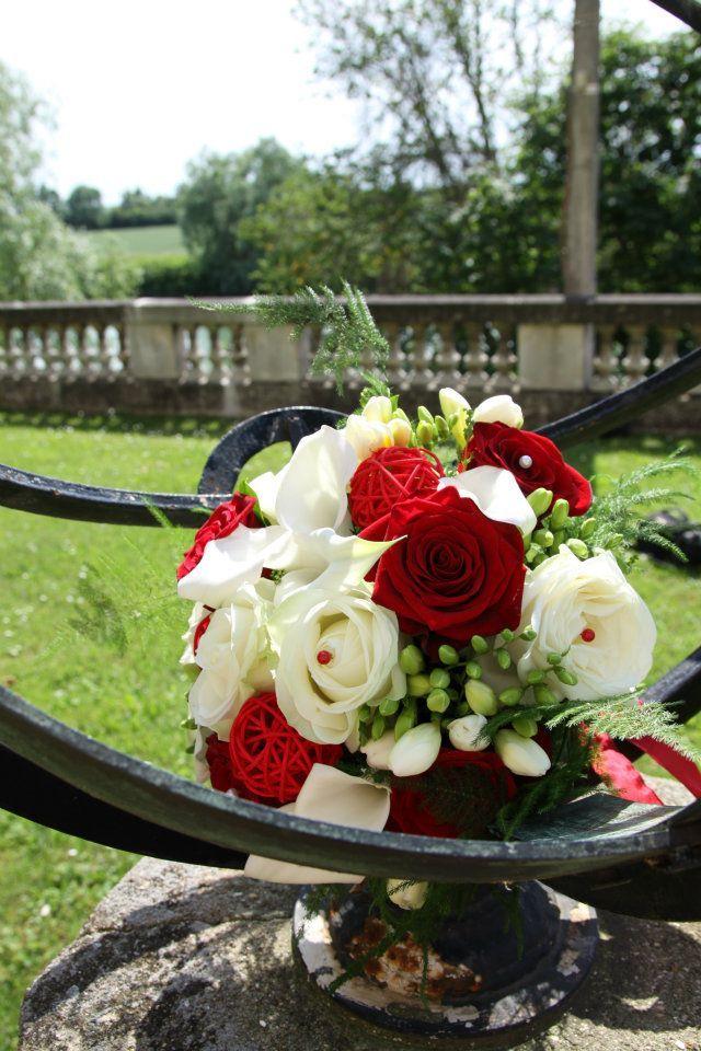 bouquet mari e rouge et blanc fleurs bouquet mari e. Black Bedroom Furniture Sets. Home Design Ideas