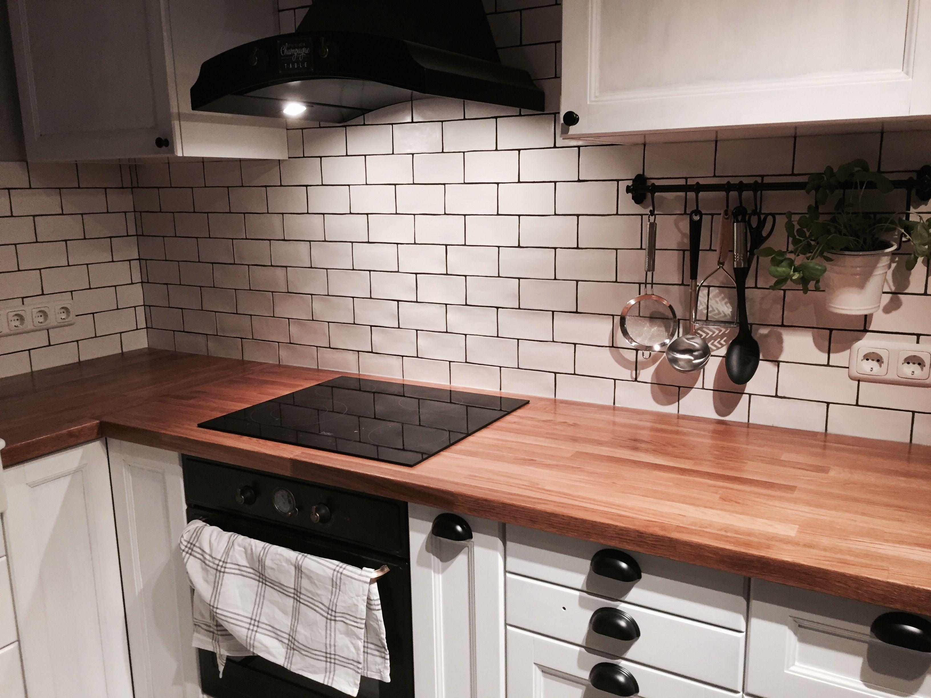 Shabby Küche, Ikea Hack, Metod-Küche mit schwarzen Fronten Laxarby, weiß gestrichen