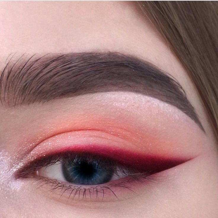 Photo of Red eyeshadow with bright red, sharp winged eyeliner. Eyeshadow ideas, eyeshadow Red eyeshadow with bright red sharp winged eyeliner. Eyeshadow ideas eyeshadow – Das schönste Make-up