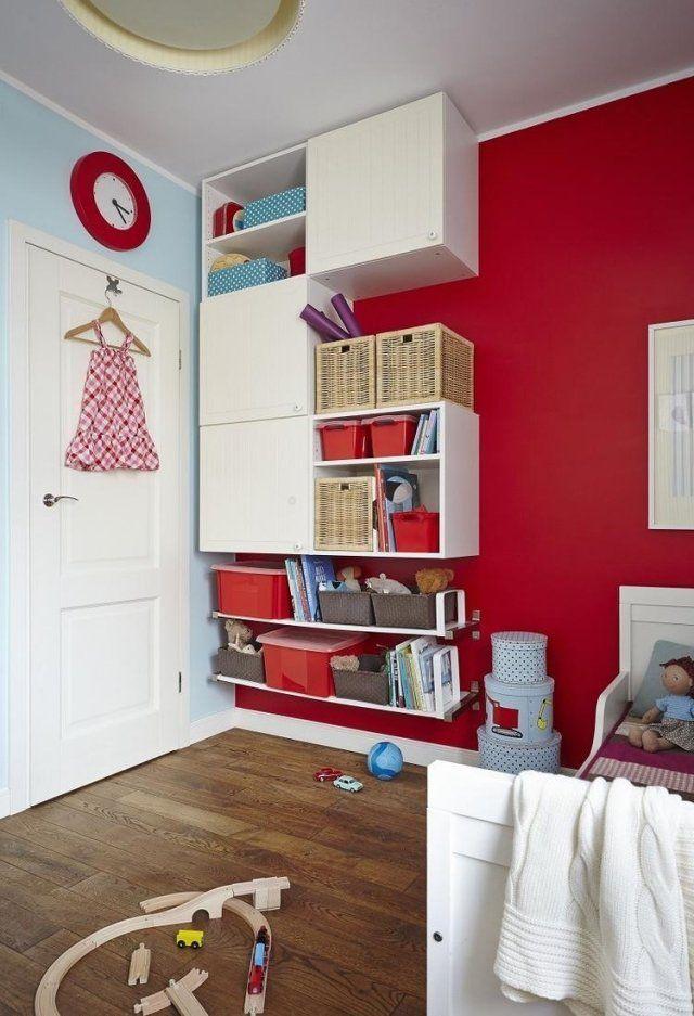 ideen wandgestaltung kinderzimmer rote akzentwand weiße regale ... - Suse Babybett Designs Babyzimmer