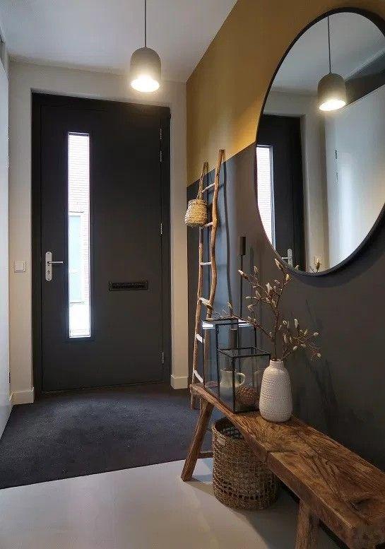 Grote ronde spiegel in entree, halbankje, geschilderde lambrisering @huizedop