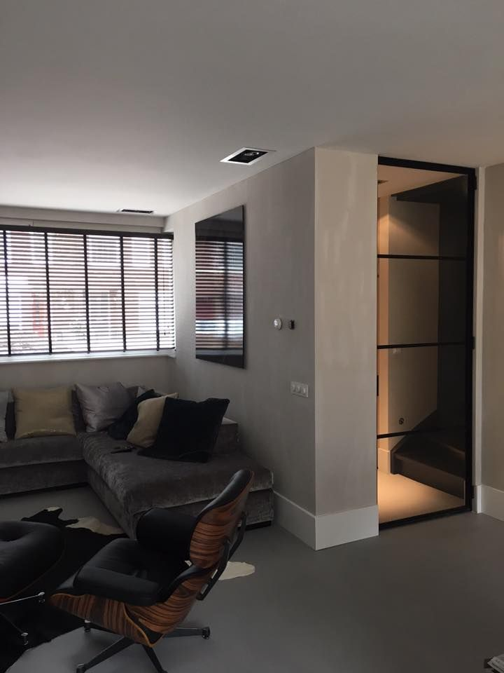 Modern interieur, woonkamer - hal doorgang. Deur tot plafond glas ...