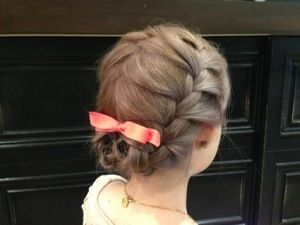 両サイドをゆるく編み込み 毛先をリボンバレッタでとめただけ 編み込みヘアはパーティーシーンでも使える優秀アレンジです 卒業式 髪型 ミディアム 卒業式 髪型 ヘアスタイリング