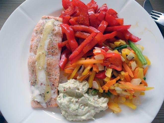 Fylt laks, stekt paprika, wokgrønnsaker og en sterk guacamolelignende mos.