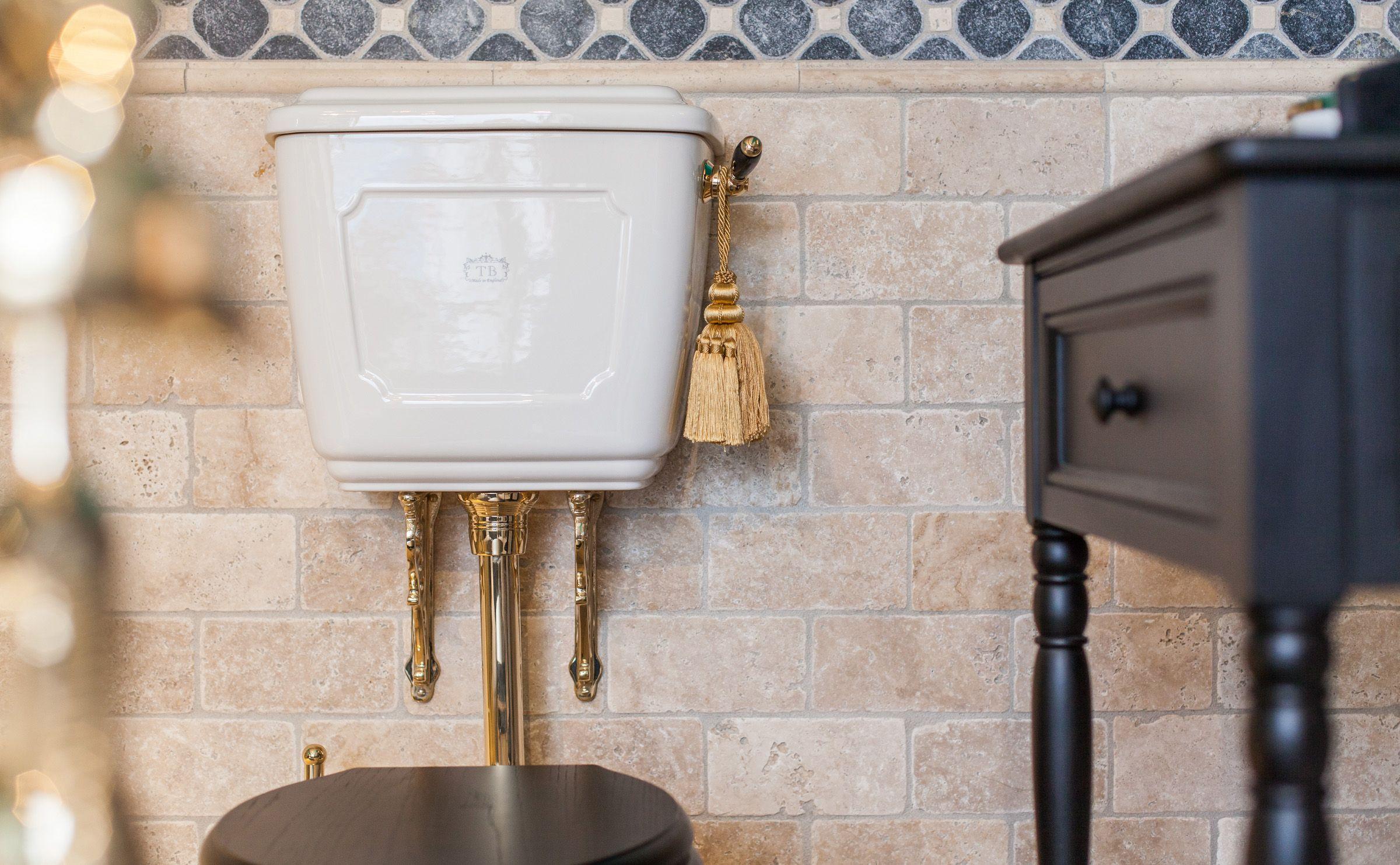Sehr Hochwertig Gefertigter Spulkasten Im Englischen Stil Die Nostalgische Anmutung Macht Traditionelle Bader Viktorianisches Badezimmer Badezimmergestaltung