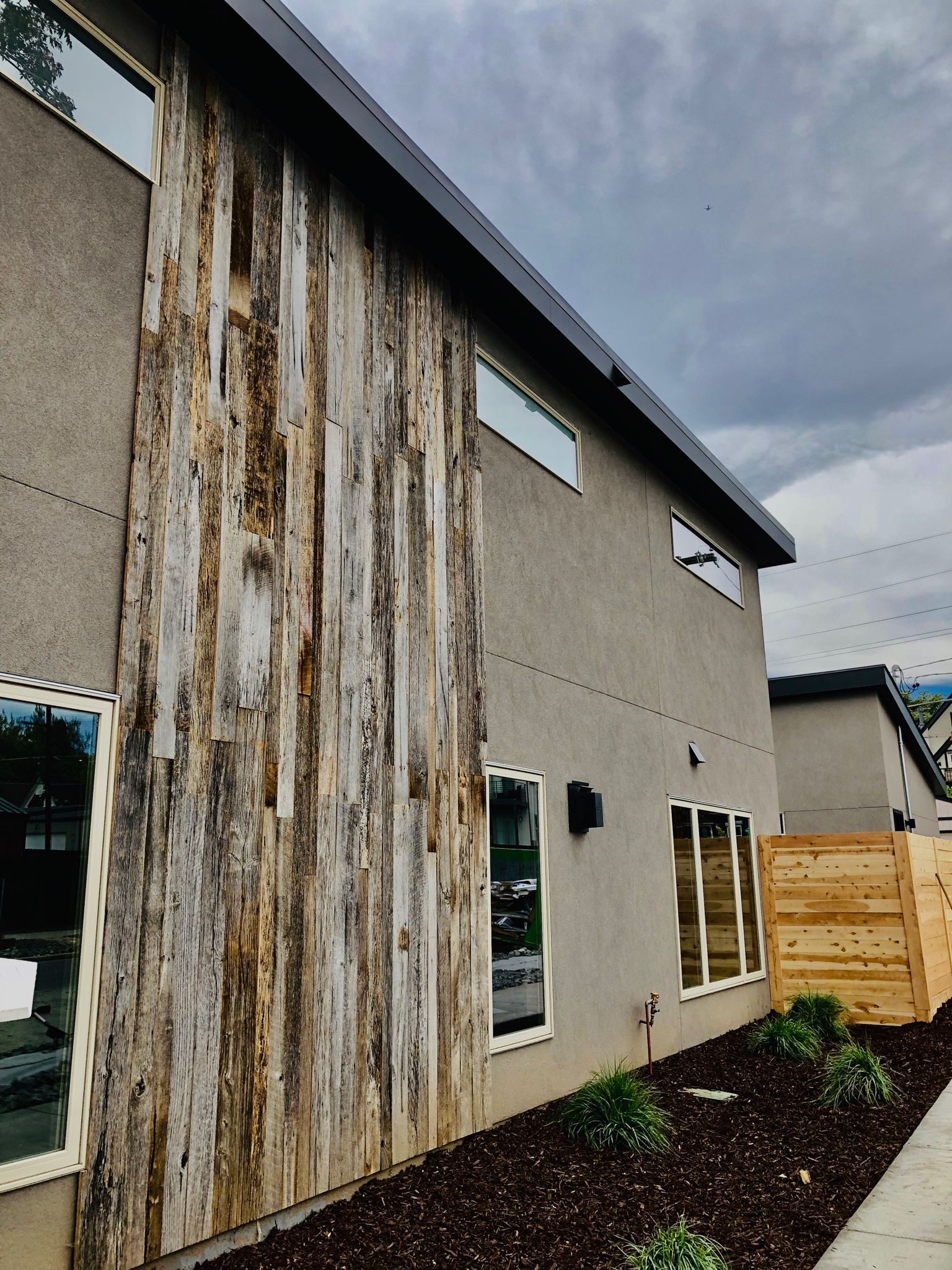 Thank You To Tom H For Sharing A Photo Of This Stunning Rustic Modern Home In Denver Co Tom Used Front Range Timber S Rec Wood Stucco Homes Stucco Exterior