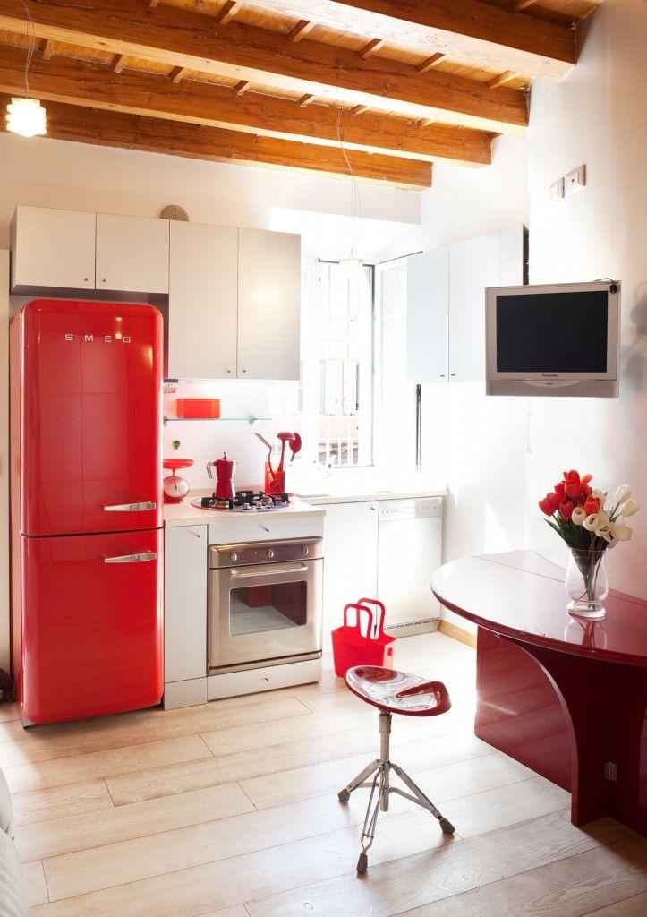 La composizione su misura della cucina in laccato bianco for Arredare 25 mq