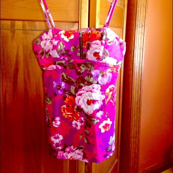 Floral tank top! This top is padded and has adjustable straps. Has a zipper to zip or unzip to show more cleavage! Has elastic in the top back. Very form fitting and shows off those curves! Sexy! (Makes your ladies look so good) No Boundaries Tops Tank Tops