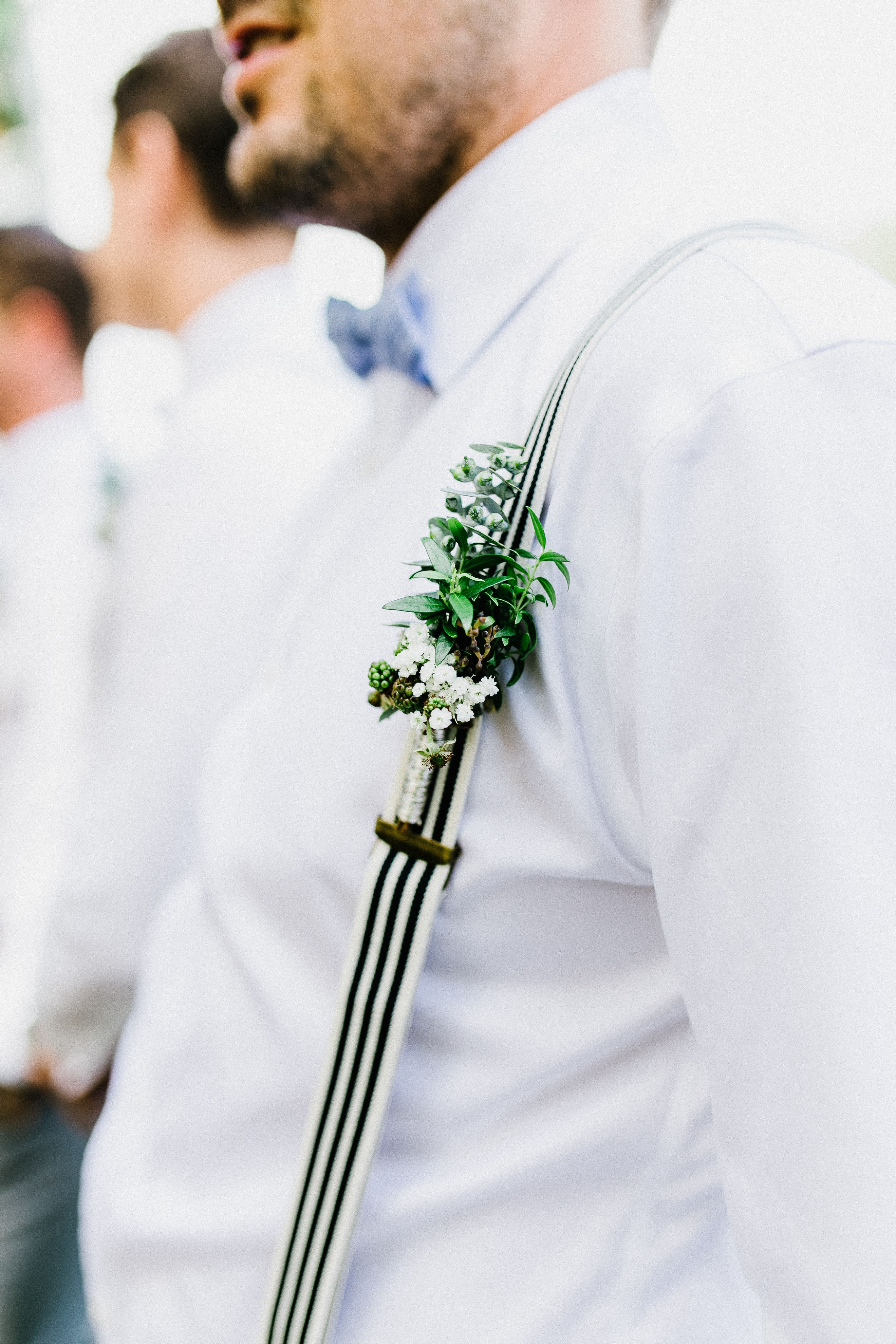 Real Wedding Bohemian Rustic Rustikale Bohemian Hochzeit In Einer Scheune Mit Trauung Im Freien Anstecker Fur Den Tra Hochzeit Anstecker Hochzeit Trauzeuge