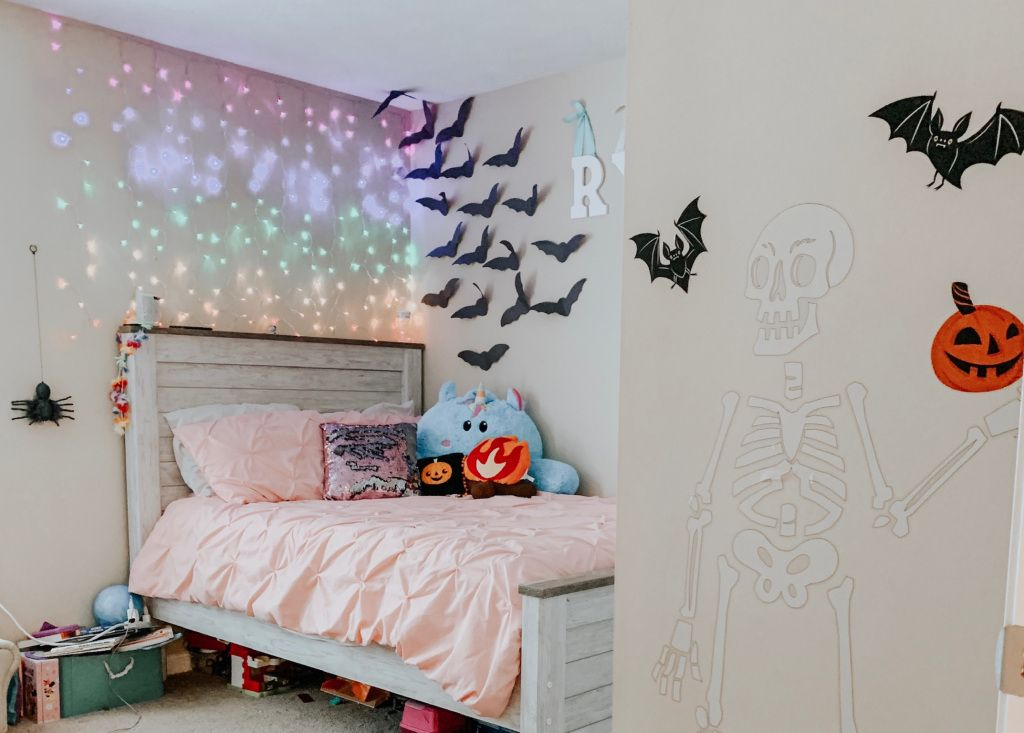Easy Spooky Kid S Room Halloween Decoration Ideas Heymomster Halloween Room Decor Halloween Decorations For Kids Halloween Wall Decor