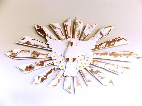 Divino espirito santo e esplendor todo feito em madeira.  É, sem dúvida, um lindo objeto de decoração. Pode ser utilizado em qualquer ambiente, dizem até que na porta de casa ou na cabeceira da cama além de enfeitar ele também protege.    Tamanho aproximado: 70 cm de largura x 40 de altura. R$ 110,00