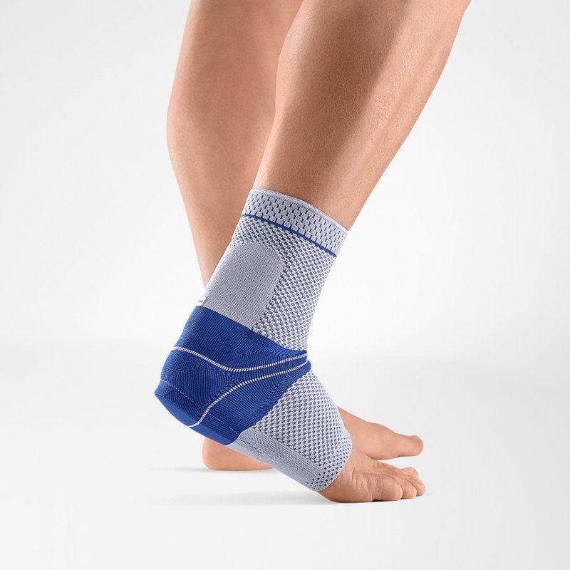 Bei Schmerzen oder Entzündungen an der Achillessehne (wie durch Überbeanspruchung oder nach Operationen) trägt die AchilloTrain® Fußbandage zur Entlastung der Achillessehne bei, ohne die Beweglichkeit einzuschränken. Eine anatomisch geformte Profileinlage (Pelotte) übt einen Massageeffekt auf das umliegende Gewebe aus, das dadurch stimuliert wird. Ein integriertes Fersenkissen entlastet die Sehne. Ödeme und Ergüsse können so schneller abklingen.   an