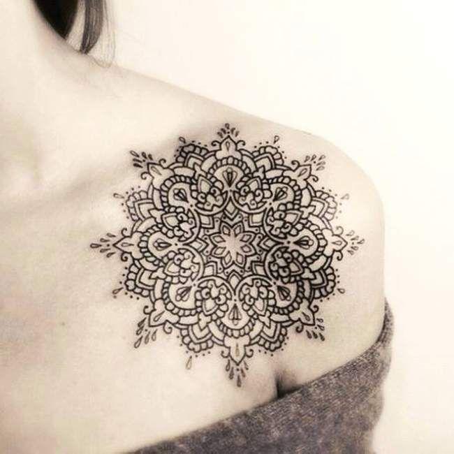 Tatouage de femme tatouage mandala noir et gris sur paule tatouages femme epaule et gris - Tatouage clavicule femme ...
