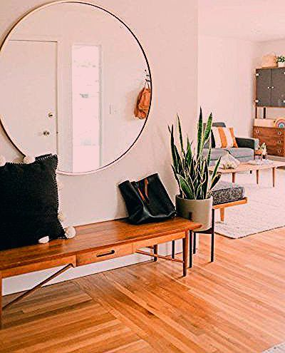 Bright and airy modern entryway in home #woodbench #entryway #circlemirror #entrwaystyling #homedesign