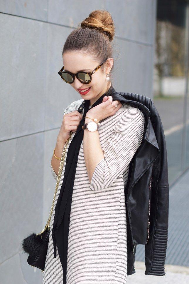 Streifenkleid von Zara mit Lederjacke und dünnem Schal