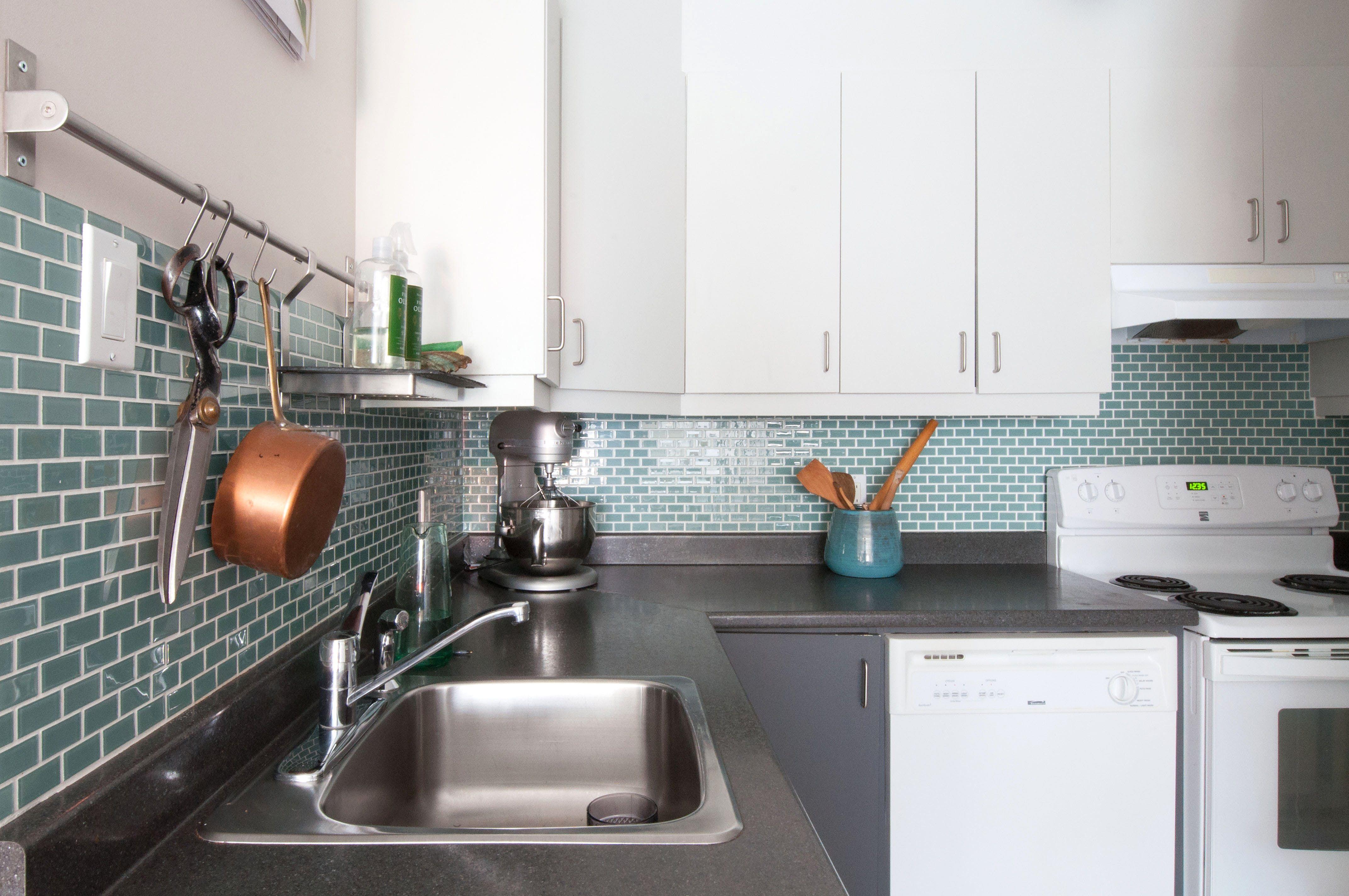 House Tour: An Art Director\'s DIY Montreal Apartment | Kitchen ...