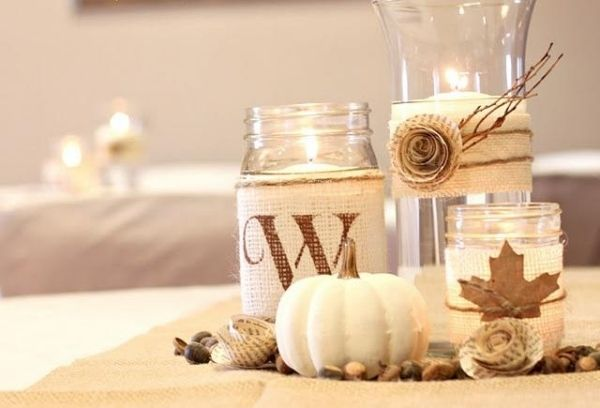 herbstdeko zum basteln vasen mit leinenstoff und laub schm cken papierrosette herbst herbst. Black Bedroom Furniture Sets. Home Design Ideas