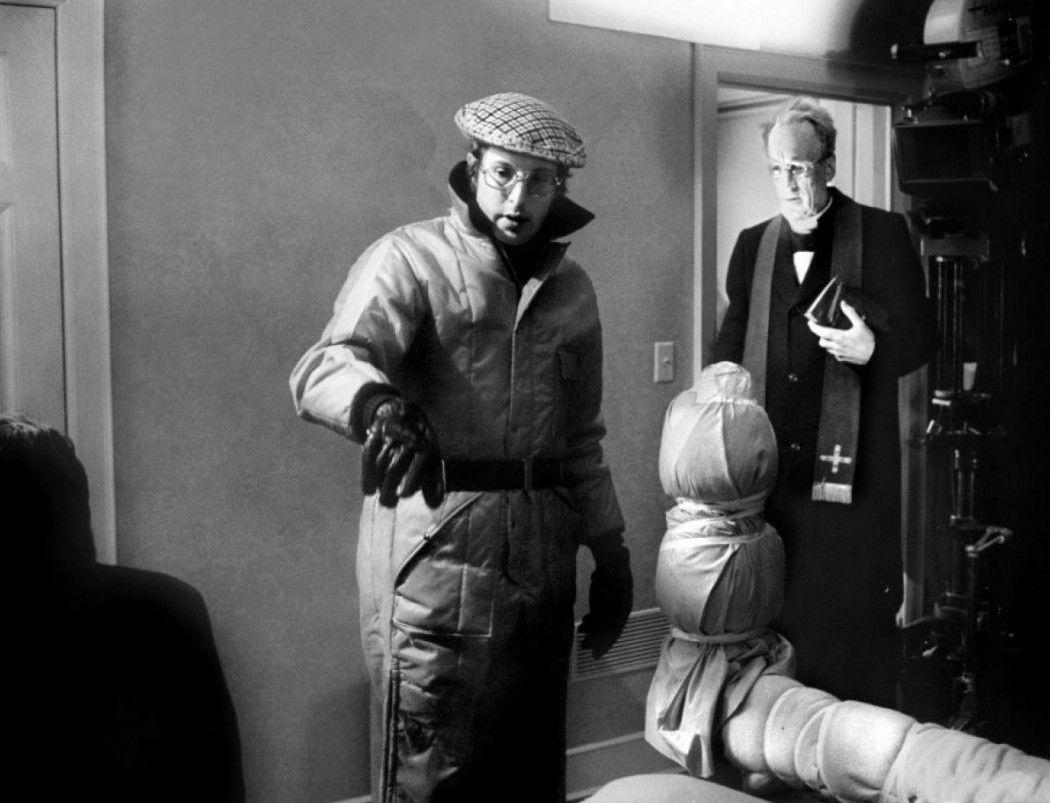 1973. William Friedkin dando instrucciones durante el rodaje de The Exorcist.