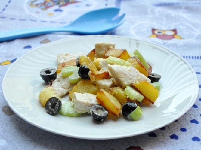 Insalata di pollo, patate, sedano e olive nere