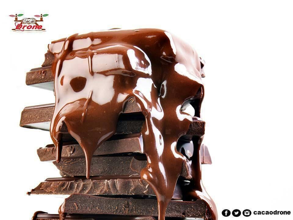 En @cacaodrone los lunes son de chocolate. !Feliz Inicio de Semana Sabías que el Chocolate Artesanal es producido con Manteca de Cacao y no con Manteca Vegetal como la gran mayoría de los chocolates industrializados?  La manteca de cacao se disuelve a 30º C por lo que nuestros 37º C corporales no permite que esa manteca se quede alojada en nuestro cuerpo.  Come chocolate artesanal pero sin excederte y disfruta del mejor chocolate del mundo el nuestro ya que poseemos el mejor cacao del mundo…