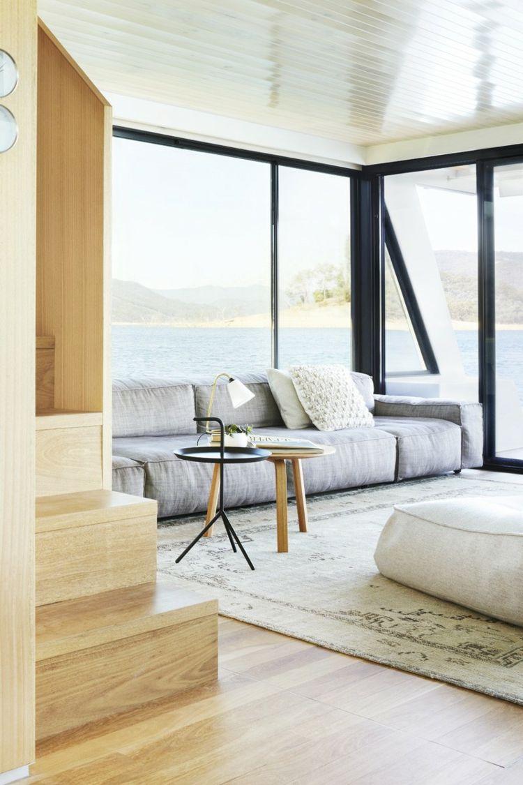 Hausboot Inneneinrichtung Wohnzimmer Teppich Sofa Grau Beistelltisch