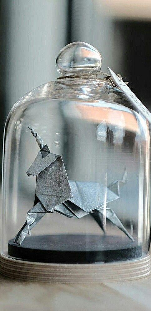 Photo of Dieses handgefaltete Origami-Einhorn besteht aus metallischem Silberpapier. Es wird angezogen …