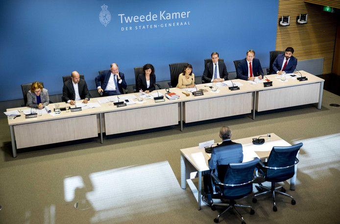 De stoelen voor de Turkse organisaties die vandaag in gesprek gingen met de Tweede Kamer voelden als een beklaagdenbankje, klaagde de een na de ander. De Kamercommissie Sociale Zaken voelde de Turkse Nederlanders dan ook stevig aan de tand over de spanningen binnen de Turkse gemeenschap. Maar de Kamerleden moesten zelf ook incasseren. De aandacht uit Den Haag zou veel te laat komen.