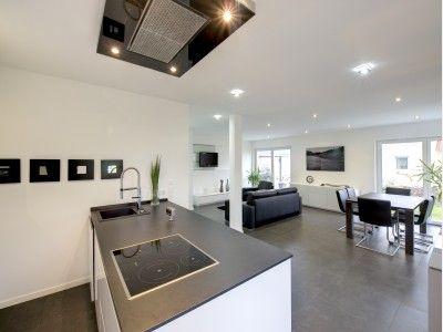Offene küchen mit kochinsel  Offene Küche mit Kochinsel und Blick auf den Wohnbereich im ...