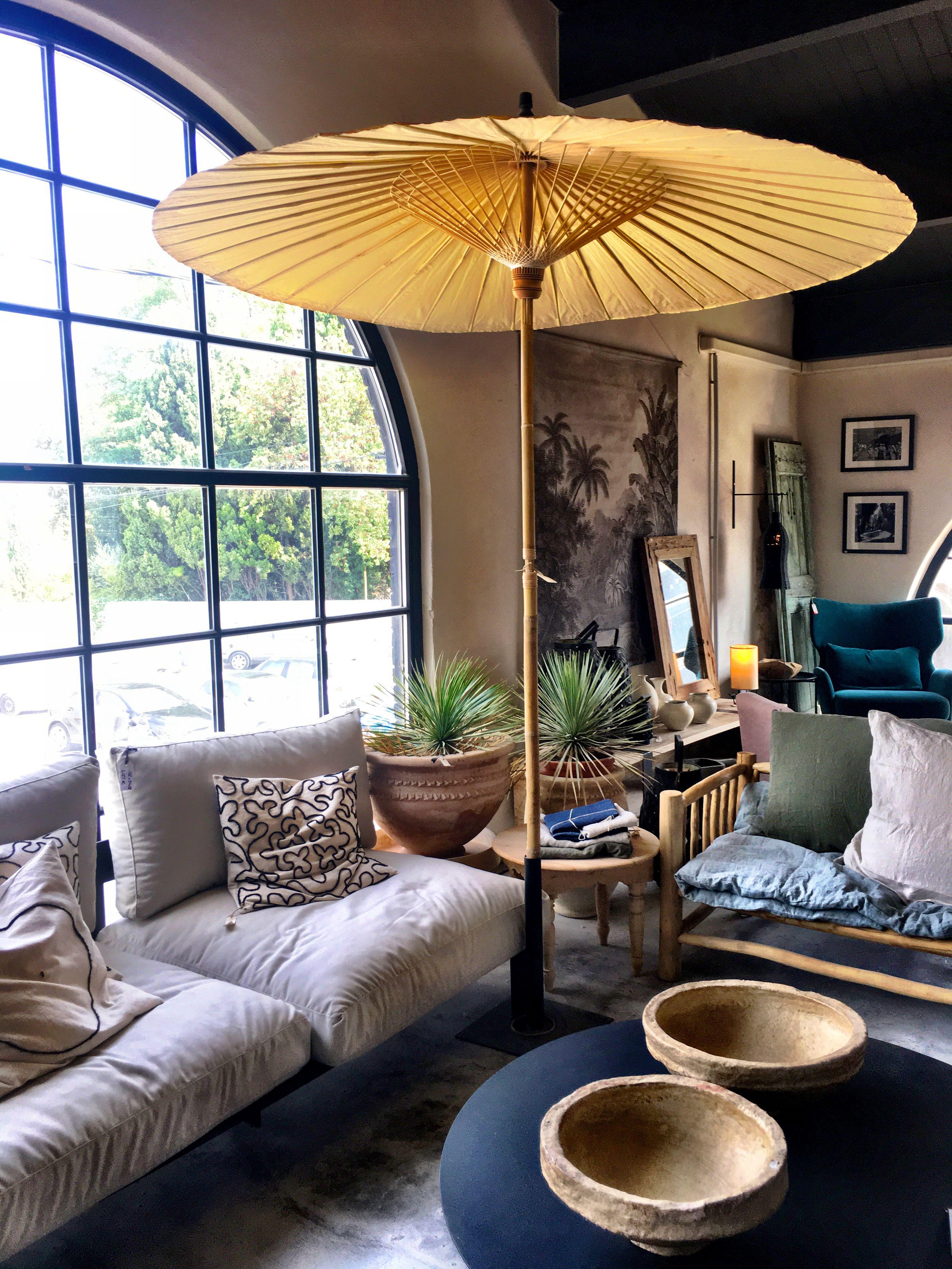 On prolonge l'été 😎☀️☀️ avec une #terrasse en #intérieur 👍 uniquement si on a des #hauts #plafonds 😁 #ombrelle #parasol #jardindhiver #été #bienchezsoi #deco #décoration #design #lin #coussin #bois #noscahiersdecoautourdumonde