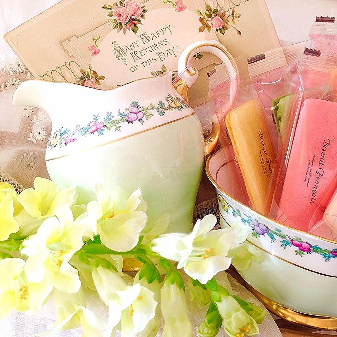 今週末の営業にお知らせです。明日12/10(土)は12:00ー19:00、12/11(日)は #赤坂蚤の市 出店のため、成城の店は休ませて頂きます。どうぞ宜しくお願い致します。英国のタスカン・チャイナ窯は、柔らかな色使いと、優しい花模様を得意とするメーカーです。こういった小さな茶器を手に取るたびに、ガーデニングを楽しみ、田舎のコテージでの生活を愛する英国の人々の感性に触れることが出来る気がします。#antique#antiqueshop#tokyo#interior#teatime#アンティーク#アンティークショップ#アティック#成城#成城学園前#インテリア#イギリス#英国#イギリスアンティーク#英国アンティーク#ティータイム#アフタヌーンティー #タスカンチャイナ#ティーカップ#アンティークカップ