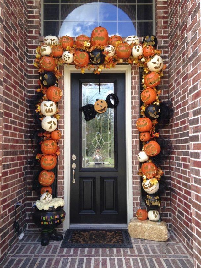 Citrouilles aux visages joyeuses en décoration halloween
