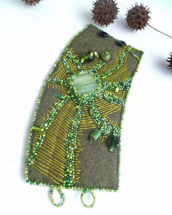 Fragments in green VI unique fiber art cuff in green par Cesart64