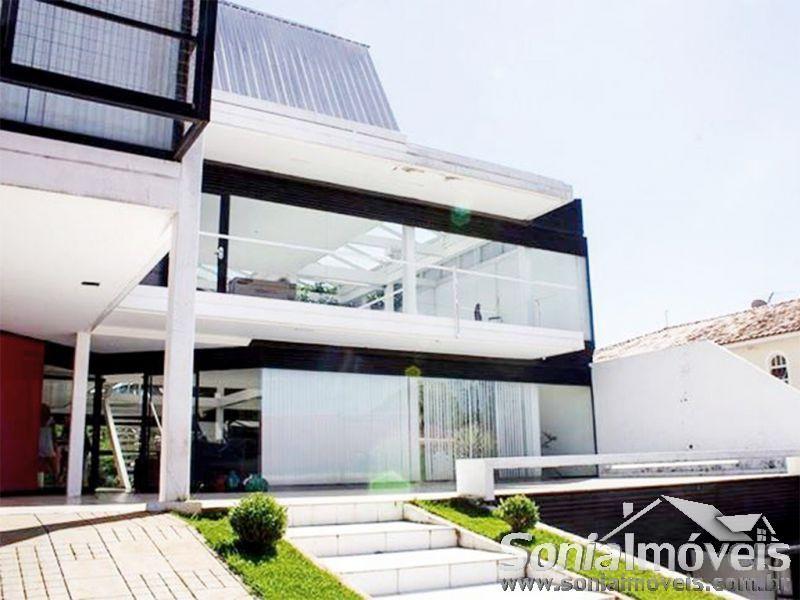 Fantástica casa de 3 pavimentos na QL 01 do Lago Norte. Este imóvel, com aproximadamente 860 m² de área construída, se distingue da maioria pelo estilo moderno de um projeto arquitetônico arrojado e ousado.Bom gosto e requinte: aqui é o que não...